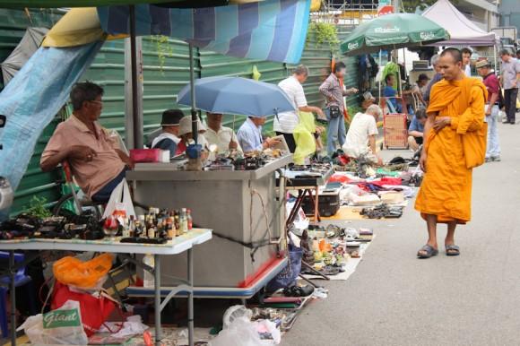 """Un monje que también hace las compras en la feria callejera de cosas robadas (el dato de que las cosas son robadas lo aportó Kuni, que hace 8 años vive acá a la vuelta. Además, en un momento me pidieron que no sacara fotos, """"por la policía"""")."""