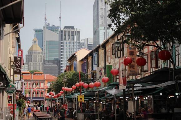 Y a sus espaldas, el barrio chino.