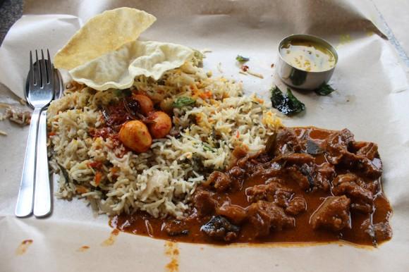 El biryani consta de arroz indio, sopa, pan, carne a elección (en este caso cordero) y aveces con una fruta de postre. Éste lo pagué U$S5,7, pero también se consigue por 4.