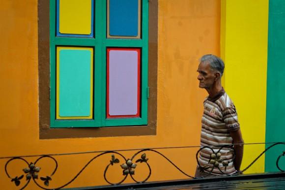 Un lugareño, como en su casa, por Little India.