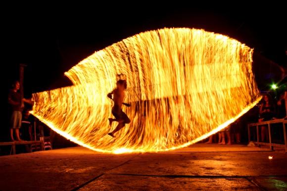 Otra es saltar una o dos sogas de fuego.