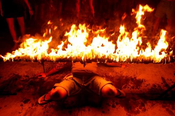 Pasar por abajo de la barra de fuego, una de las atracciones de la noche.
