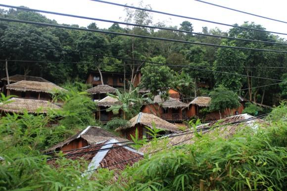 La construcción y los bungalows siempre están presentes.