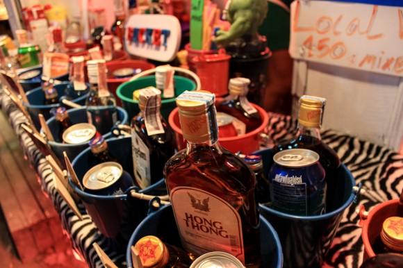 Los baldes en los que se vende el alcohol, un clásico de Tailandia.