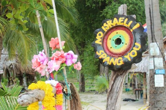 """El único bar de la playa tiene un dueño que está loco. Hay miles de carteles que dicen que """"no sirve israelitas""""."""