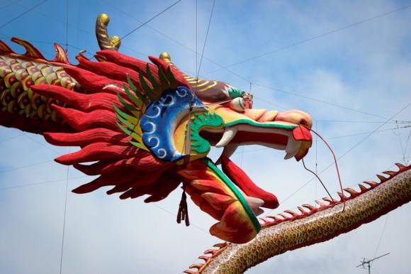 Uno de los símbolos más preponderantes en las culturas orientales. En este caso, surcando los cielos de la entrada al Chinatown.