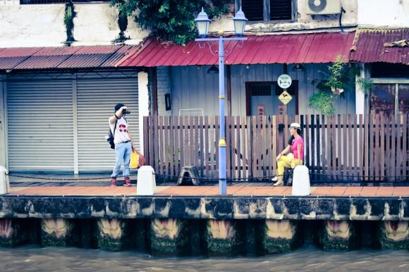Turistas locales en el borde del río.