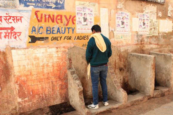 En casi todas las ciudades hay migitorios públicos al aire libre, como éste de Pushkar.