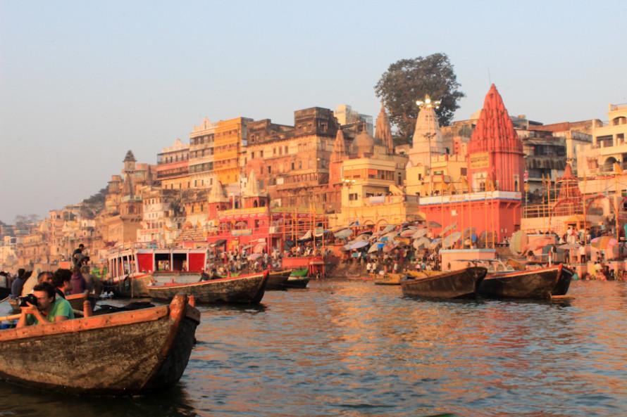 Uno de los imperdibles es salir a deleitarse con las vistas de la ciudad desde el Ganges y al amanecer.