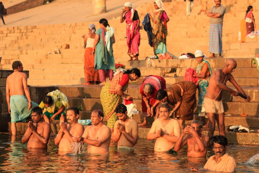 A esa hora la gente se baña en las aguas sagradas y purificadoras del río.