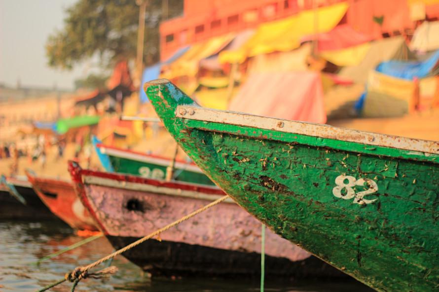 Los botes y las carpas en donde se están quedando los babas también le aportan mucho color a eta parte de la ciudad.