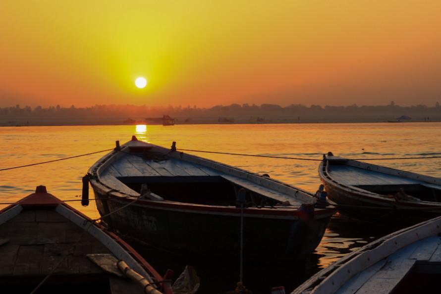 Cuando sale el Sol sobre el Ganges es hora de que comiencen los festejos diurnos en honor al Dios Shiva.