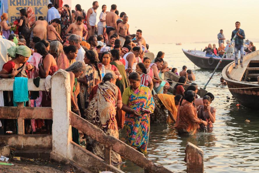 El primer ritual consiste en acercarse al Ganges para purificarse con sus aguas sagradas.