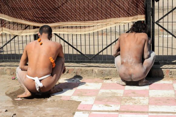 Así como acá nos lo muestran dos babas,  el mear en cuclillas es un clásico de la India.