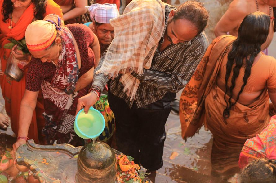 Una vez que terminan los baños, la gente se acerca hasta los shiva-lingam, monolitos de piedra que emulando la forma del pene representan a Shiva. El Dios de la reproducción (concomitante con la destrucción) recibe así la adoración de sus fieles en forma de agua sagrada.