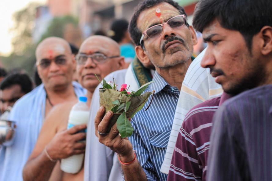 En las filas para entrar a los templos se ven frutas, flores y leche, otras de las ofrendas que se le hacen al Dios.