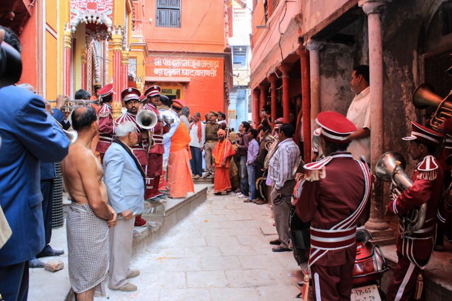 A eso de las 8 de la mañana los babas comienzan a desaparecer de los ghats escalinatas arriba. Luego de decidir seguir a un grupo de ellos, llego al templo por donde pasan a honrar a su Dios: Shiva.