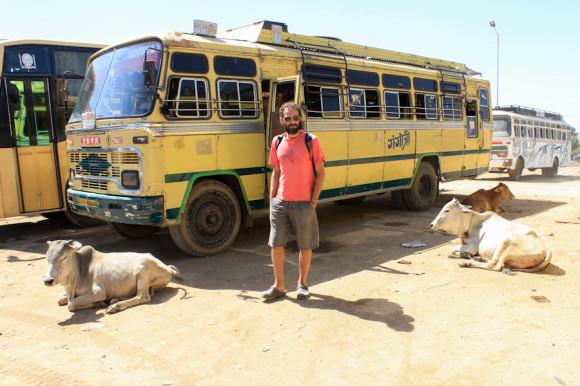 La estación de buses locales de Chittor y mi compañero de aventuras alrededor del mundo: Cabar, el descubridor de Chittorgarh.