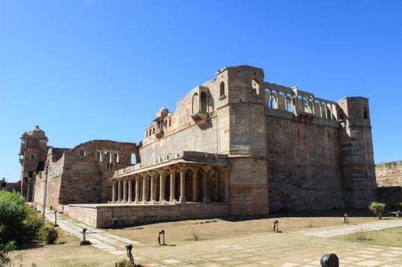 En el interior del fuerte hay palacios hermosos y monumentos.