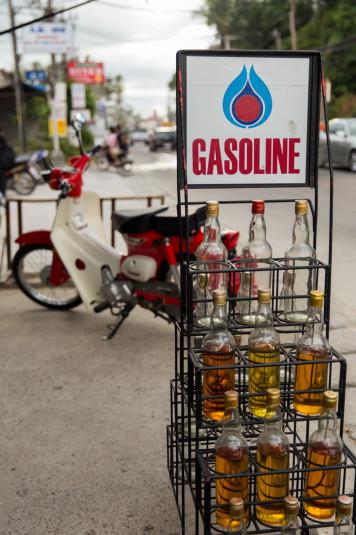 En las estaciones de servicio el precio es de 33 Baht el litro. Pero es plata que va para el señor Shell, y no para una familia humilde.