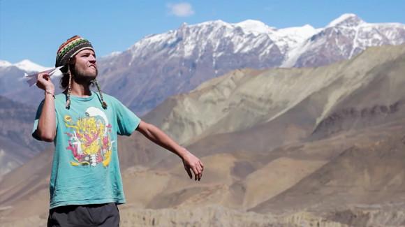 Avioncito con estampilla nepalí. Así intenté contactarme cuando estuve en apuros en el Himalaya (mirá el video acá).