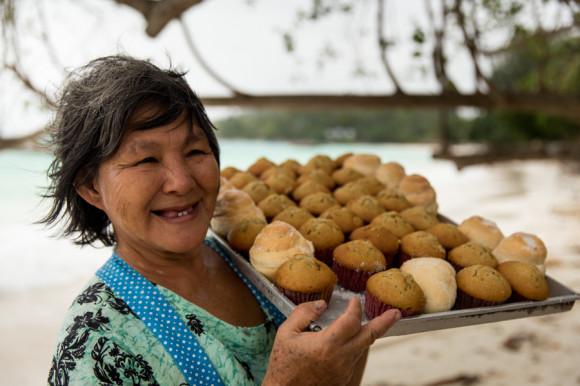"""¡IUUUUJUUUU! Por ese apodo se conoce a esta señora, la más linda de la isla. Cada mañana cocina pastelitos de banana y somosas (como empanadas de papa y especias) y a eso de las dos de la tarde sale a recorrer todas las playas para vender su mercadería. Además, hace los mejores panqueques. Si venís y la ves, no dudes en decirle: """"IUUUJUUUUUUUUU!"""", así como hago yo todos los días."""