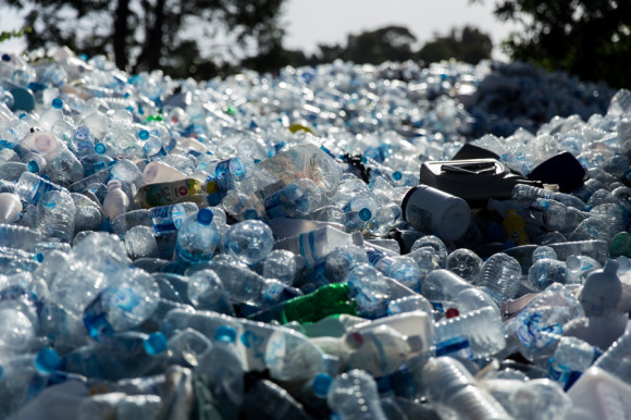 Una empresa acumula toda la basura y trabaja para sacarla de la isla. Sin embargo, varios estudios aseguran que la isla ya tiene serios problemas por la acumulación de residuos. Es importante pagar los 20 o 30 Baht que se piden cuando se llega a la isla. Están destinados a estos trabajos de reciclaje y traslado del plástico hacia el continente.