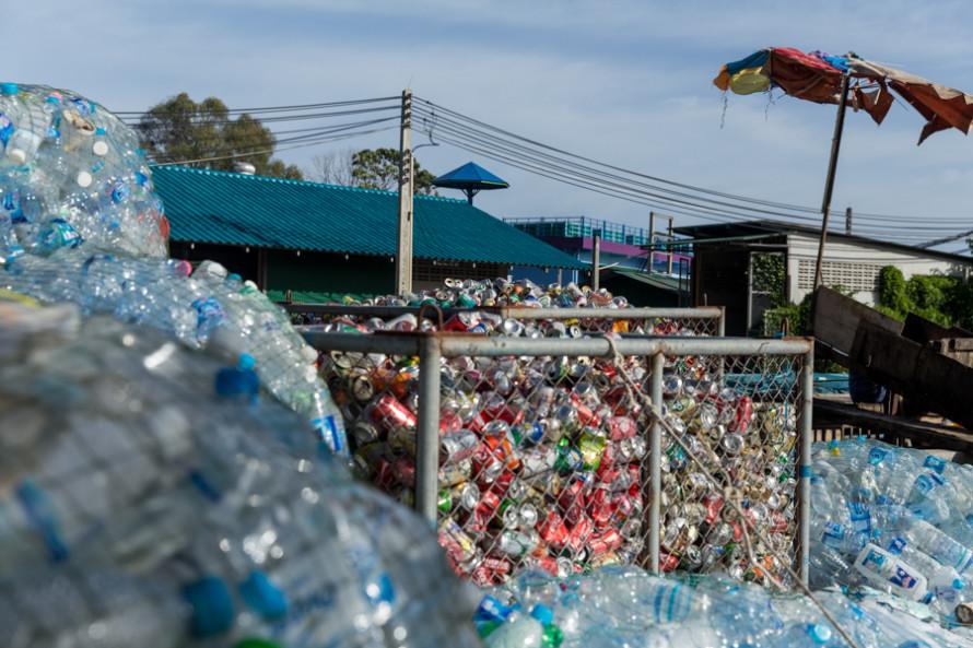 Esto es lo que pasa en el centro de la isla: donde antes había bosques ahora hay una empresa junta latas y plásticos para sacarlos de la isla. Una buena causa, aunque impresione verlo y de bronca saber que no se puede juntar todo.