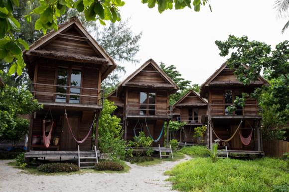 Hay bungalows de dos pisos en los baños son abiertos y ocupan la totalidad del piso de abajo. Para familias con chicos pequeños, se recomiendan los de una sola planta. Y aunque ninguno tiene agua caliente, casi nunca se la necesita.