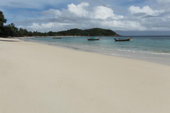 Pattaya beach, la de arena más blanca y más finita, es también la más grande. Hay varios resorts, bares y restaurantes.