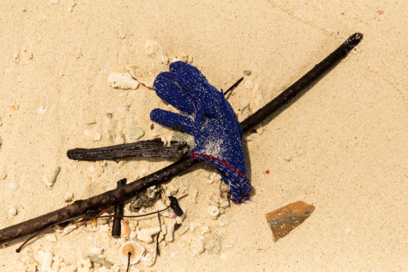 Los primeros indicios de basura se ven en la orilla.