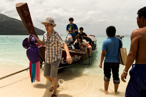 La mayoría de ellos utiliza sus barcos para ofrecer tours alrededor de las islas. Y, por ejemplo, al no haber puerto ni muelle en Koh Lipe, la única forma de llegar desde el pontón del ferry hasta tierra es a cambio de 50 Baht pot el mini-trayecto en uno de sus botes.