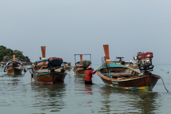 Sus barcos de cola larga, Ruea Hang Yao en tailandés, son de construcción simple y parte fundamental de su vida.