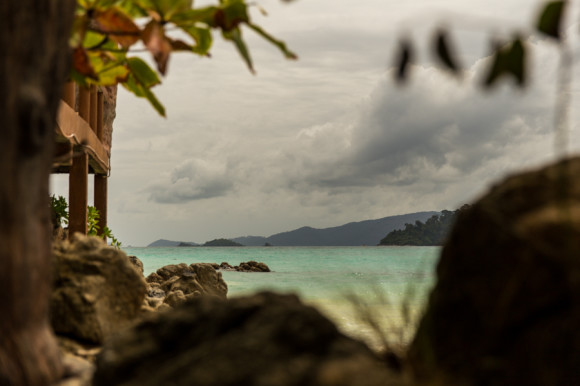 El agua que rodea la isla es verde, azul, turquesa y cualquier otro tono dentro de esa gama, y siempre transparente.