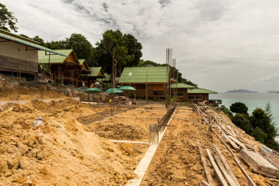 Tras haberse instalado en tierra y vendido parte de sus propiedades al capital externo, empiezan a aparecer los resorts que como éste hoy azotan la isla destruyendo muchos de sus bosques.
