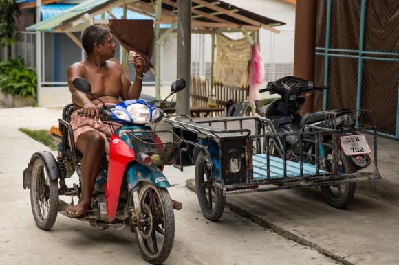 El intercambio hace que estos grupos étnicos que nunca antes habían manejado dinero, comiencen a variar sus costumbres tradicionales.