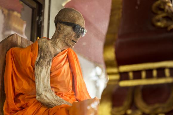 Así como murió hace 40 años hoy sigue el cuerpo de Phra Khru Samathakittikhun. Sólo se le agregaron gafas en señal de respeto cuando sus ojos cayeron dentro de la cabeza.