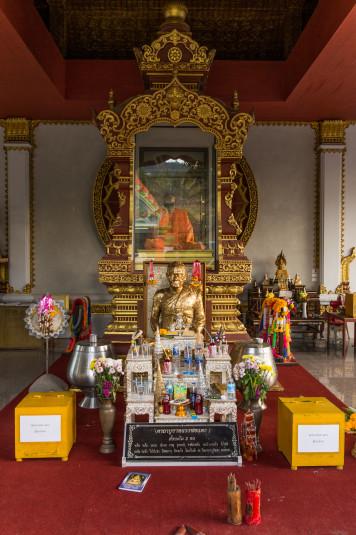 La estructura especialmente construida para exhibir los restos del monje.