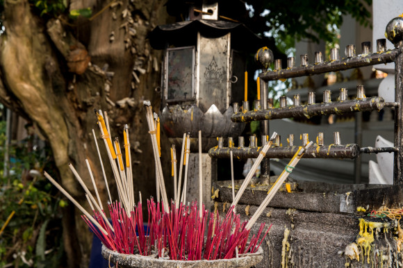 Saumerios y velas en señal de respecto y veneración hacia el monje.
