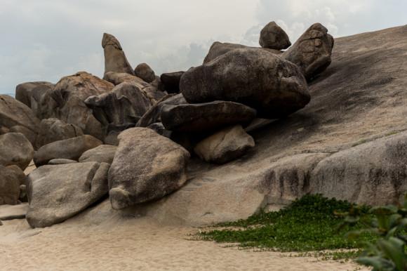 """The Grand Father, una de las """"grandes atracciones de la isla"""". A pocos metros hay dos piedras que forman verticalmente una cueva: """"The Grand Mother""""."""