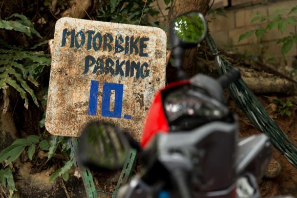 En algunos lugares, sobretodo en la cercanía de mercados o atracciones turísticas, hay que pagar 10 Baht para dejar la moto.