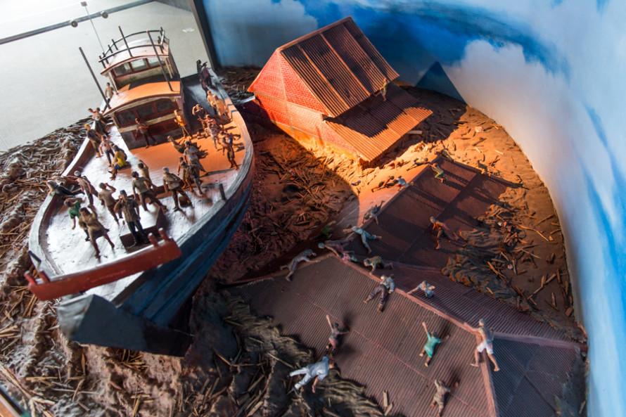La central eléctrica salvó a varias personas que pudieron subirse a ella, igual que lo hizo este barco con otras 59 vidas.