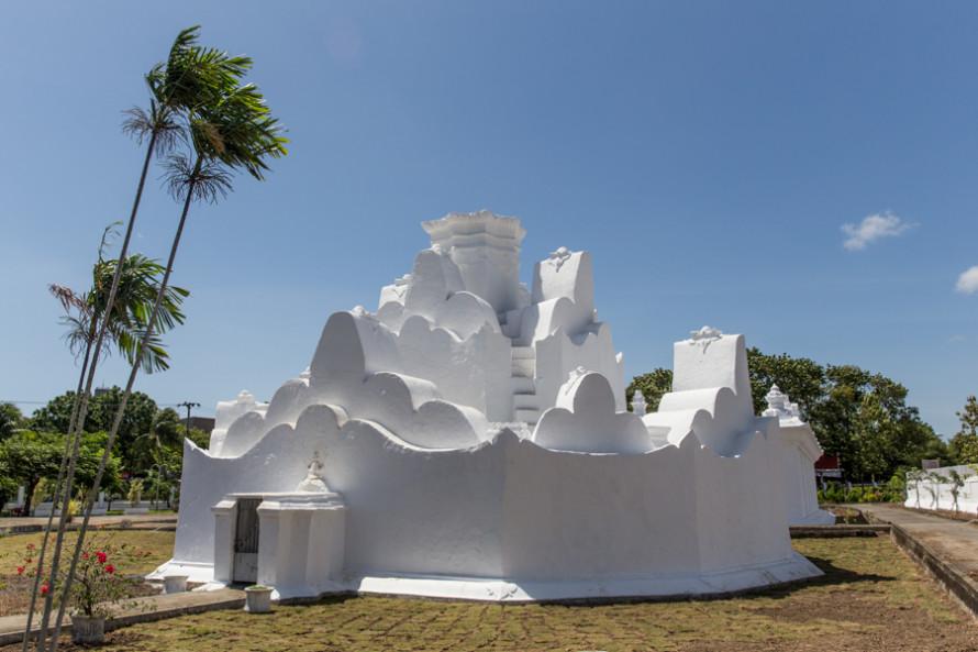 Algunos monumentos cuentan parte de una rica historia como capital del sultanato de Aceh. Este fue, por ejemplo, el primer punto de desembarco del Islam en el sudeste asiático. (foto:  de arquitectura hindú e inspirado en una montaña malaya, Gunongan fue construido por el sultán Iskandar Muda para su esposa enferma Putri Pahang y con fines recreativos).
