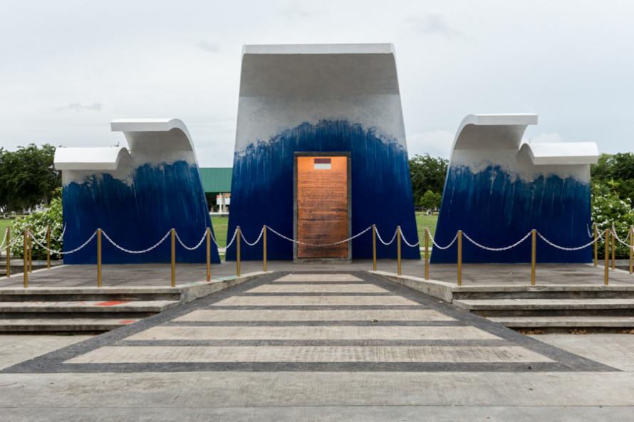 """Con la ayuda humanitaria y económica de la comunidad internacional, la ciudad se ha reconstruido, incluyendo el """"Thanks to the world"""" monument, donde se puede ver cada uno de los países que ayudaron."""
