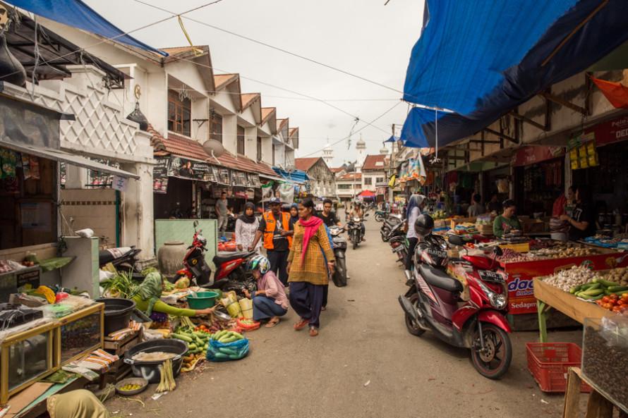La ciudad vuelve a tener vida a través de espacios cotidianos como los mercados callejeros.