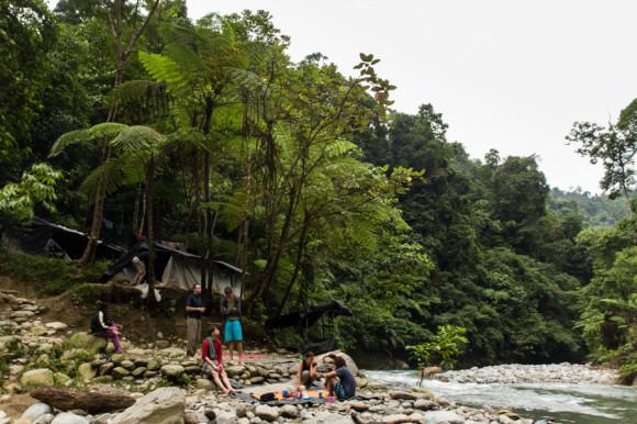 Éste es nuestro campamento a orillas del río.