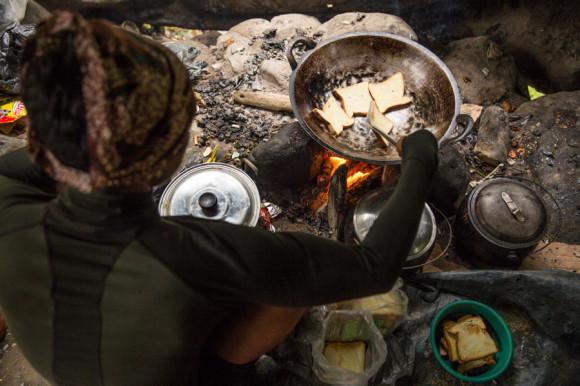 Los guías preparando el desayuno.