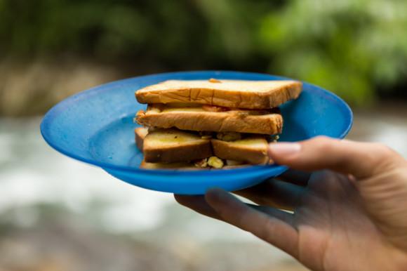 Que además de estos emparedados de huevo y algo más también consiste en té y galletitas.