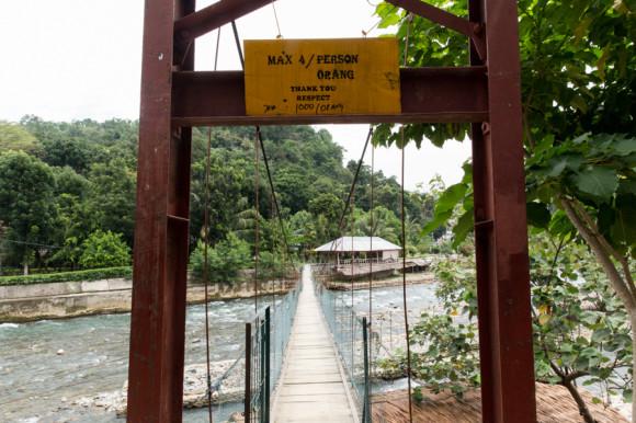 Uno de los puentes colgantes del pueblo para cruzar el río.