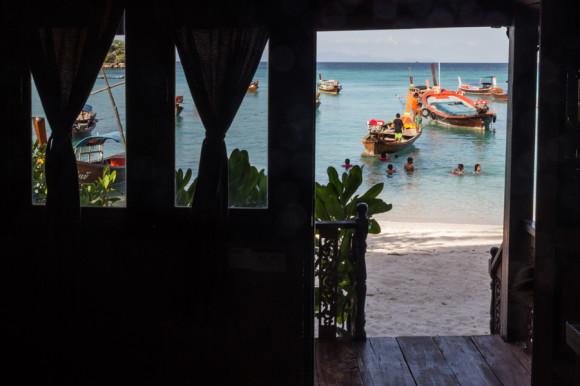 La vista desde adentro de uno de los bungalows sobre Sunrise Beach.